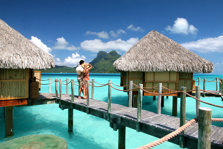 Bora bora honeymoons beaches overwater bungalows for Honeymoon huts over water