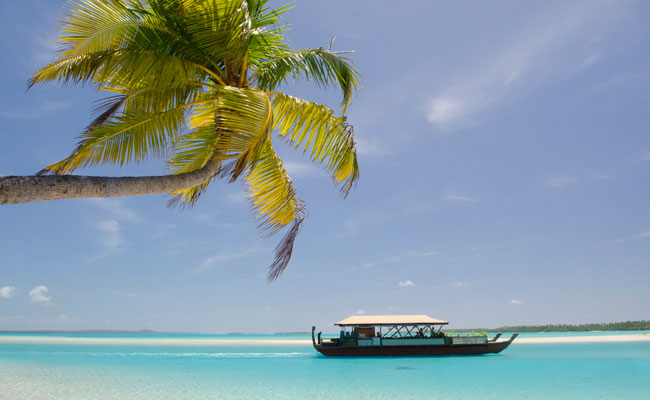 A boat on Aitutaki Lagoon - Aitutaki Lagoon Resort & Spa - Travel South Pacific Beaches